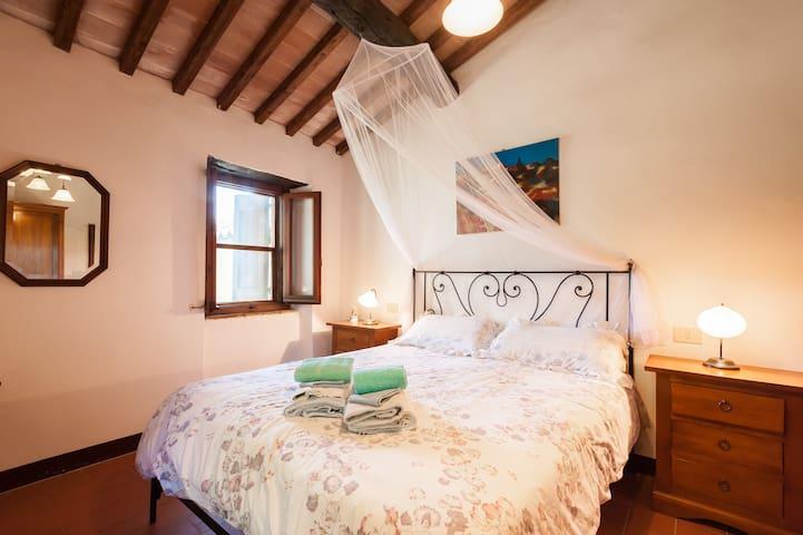 Bedroom 1 (off entrance hall)
