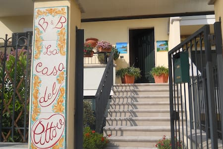 "B. & B. "" La casa del pittore"" - Jonadi - Bed & Breakfast"