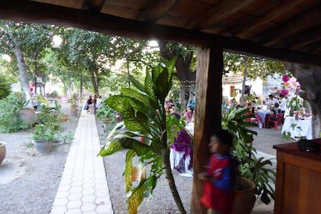 Kolonialhaus mit grossem Garten!! - Casa