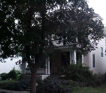 Wholesome Victorian haven.... - Sedalia - House