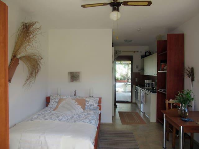 """Die """"Blume des Lebens"""" über dem Bett sorgt für eine harmonische Atmosphäre.Und ein Kräuterkissen für den griechischen Duft."""