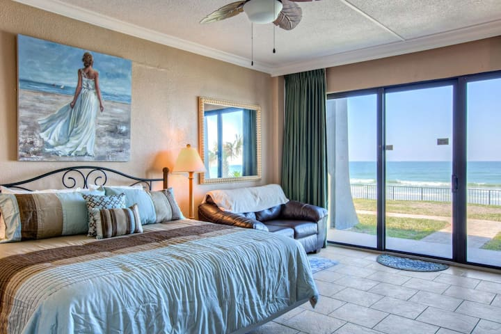 Direct Ocean Front, Spacious & Bottom Unit (Yet Away From Crowds) Just Steps to Beach, Pool & Bar!! - Daytona Beach Shores - Apartament