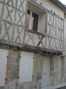 Studio dans rue médiévale - Daire