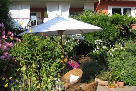 Ruhiges Haus, mediterraner Innenhof - Uelversheim - บ้าน