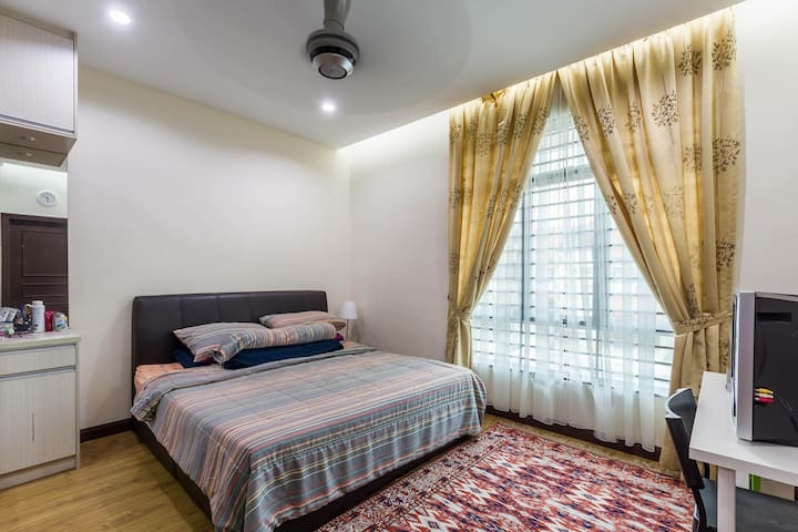 Large Private Room in Cosy Neighbourhood