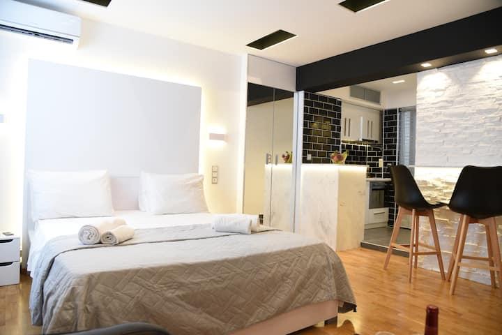 Nikis Black And White Luxurious Studio at Syntagma