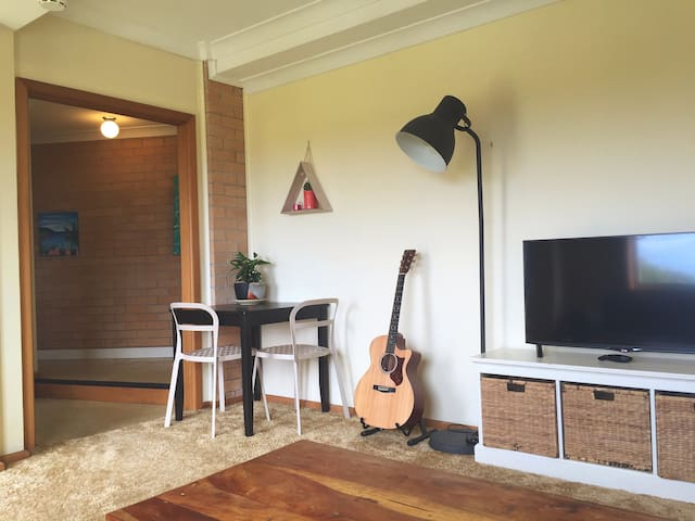 Spacious and private one bedroom apartment - Balgownie - アパート