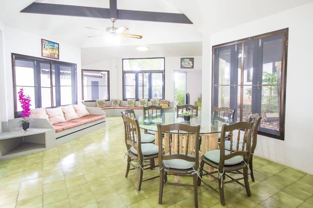 ห้องรับแขกและโต๊ะทานอาหาร ภายในห้องพัก มีขนาดกว้างขวาง พร้อมสิ่งอำนวยความสะดวก