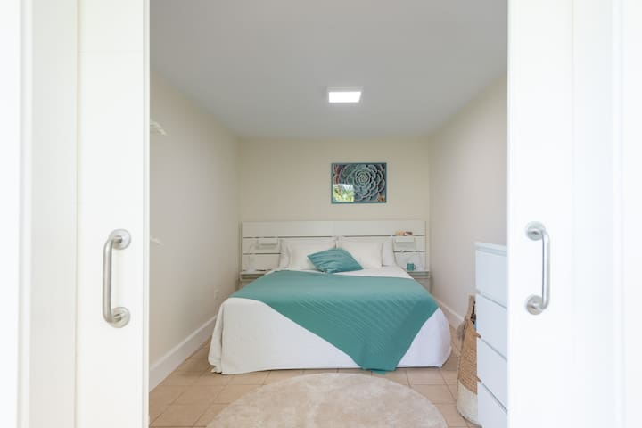 Main bedroom with a queen-size bed.