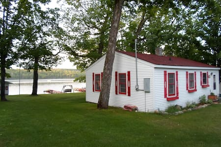 Cozy Northwoods Lakefront Cottage - Phelps
