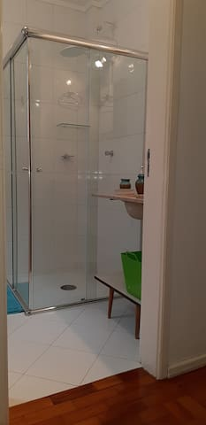 Banheiro possui chuveiro elétrico e acesso sem degraus.