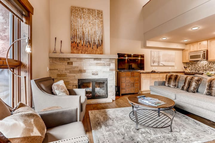 Mountain view condo, shared pool/hot tub, ski-in/ski-out complex