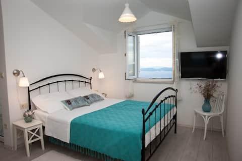 Large Studio Apartment w/Balcony