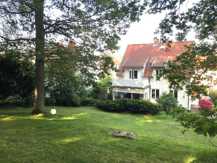 Centralt belägen villa med härlig trädgård