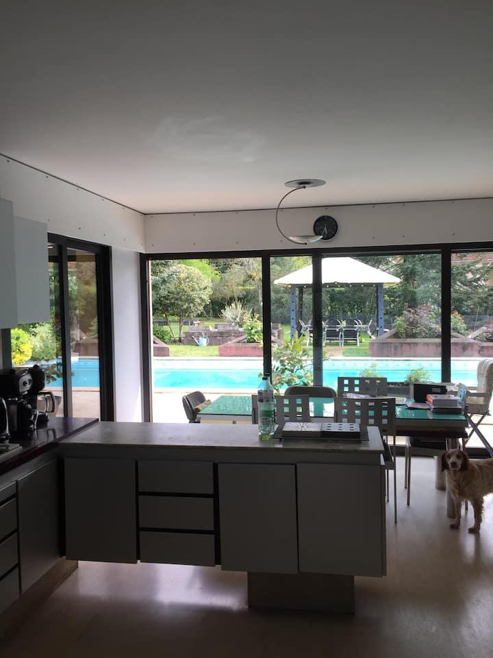 Chambre privée n1 dans une maison avec piscine