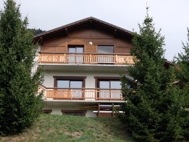 La chambre se trouve au premier étage avec balcon privatif