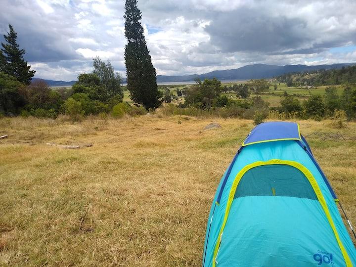 Zona de camping con vista a la Laguna de Fúquene