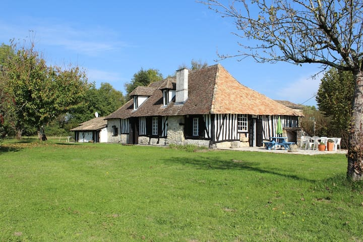 16th Century Cottage, pool, parkland, fishing