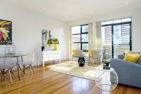 Funky, bright, warehouse style apartment - Brunswick - Maison de ville