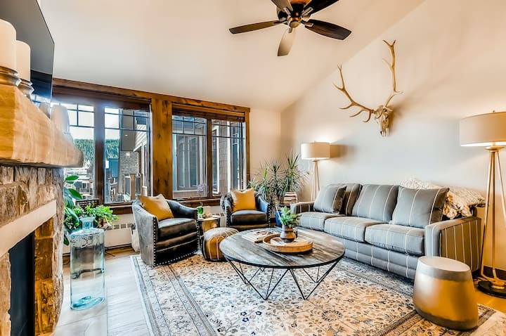 Walk-to-lift condo with vaulted ceilings, balcony & shared pool/hot tubs!