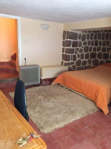 Chambre rez de jardin avec lit double
