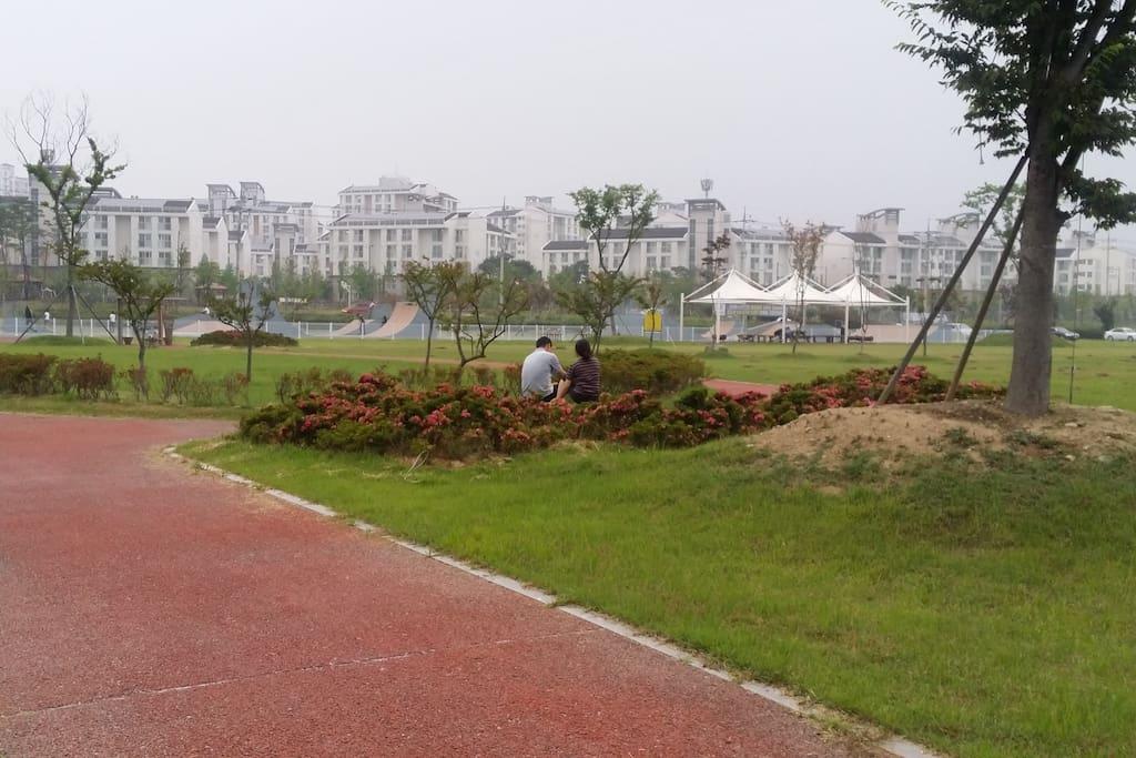 아파트 뒤에 넓은 정원과 잔디밭, 캠핑장, 인라인스케이트장, 자전거길과 운동장과 조깅코스가 있다.
