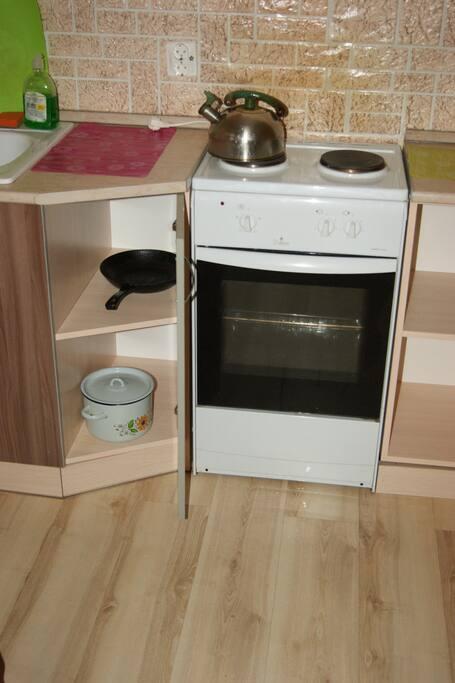 Электрическая плита. Есть вся необходимая посуда для приготовления пищи.