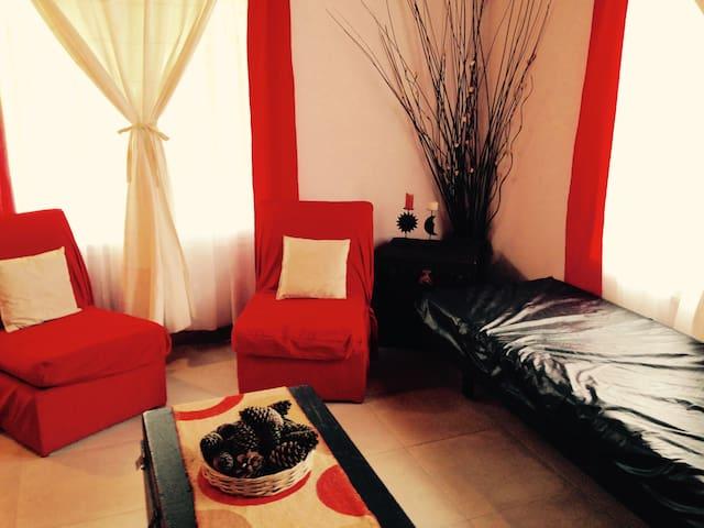 Living con sofá cama y cama adicional