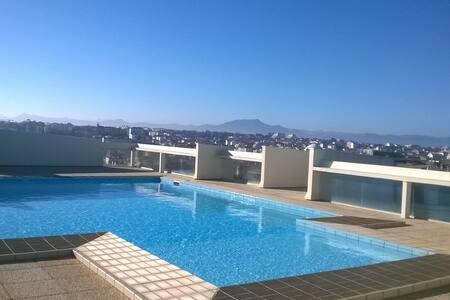 Studio coquet avec piscine vue mer