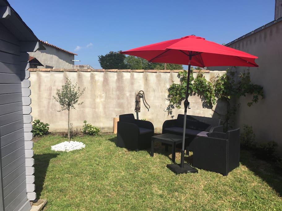 Jardin de 65 m2 avec salon de jardin et salle à manger de jardin.