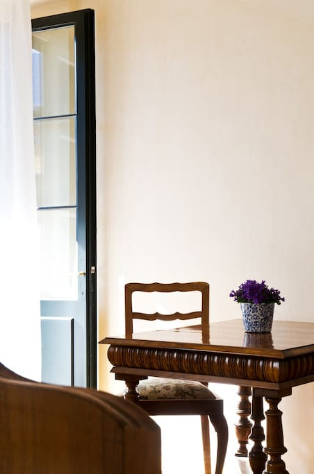 Tisch mit Blick auf den Balkon