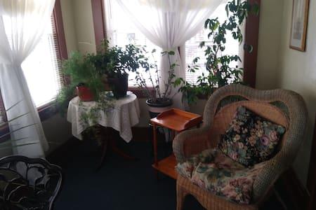Peaceful, spacious apartment. Non-smoking.