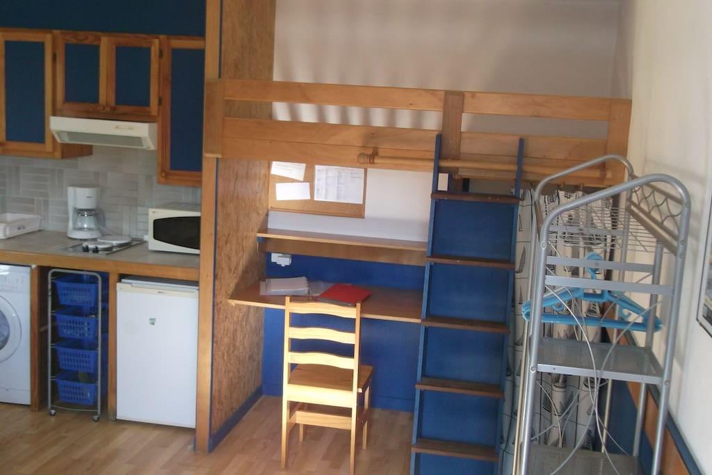 Une couchette en hauteur et possibilité d'ajouter un lit d'appoint à la place du bureau