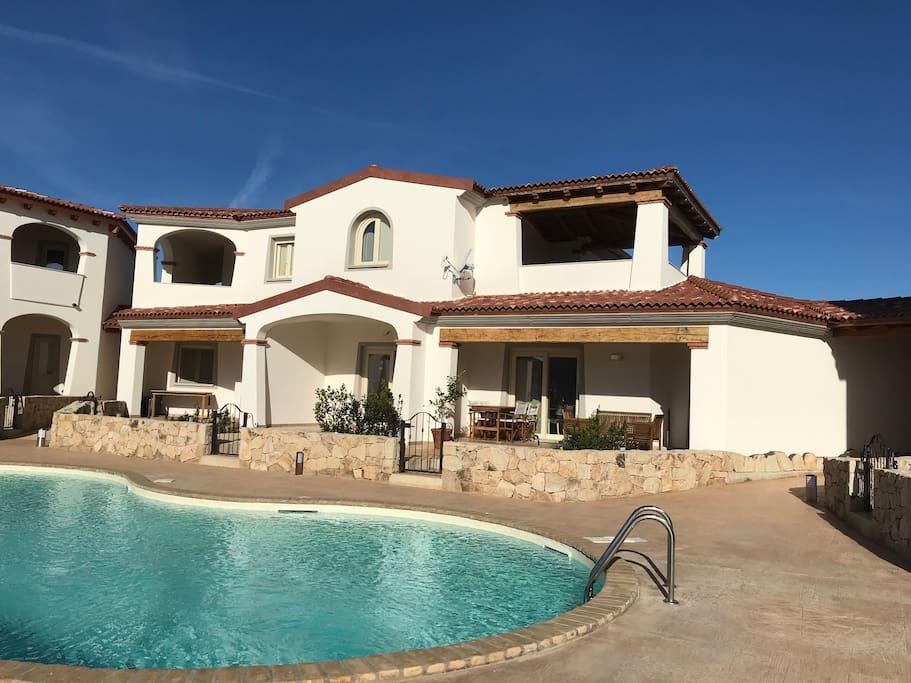 Vista complessiva del piccolo residence con la meravigliosa piscina centrale