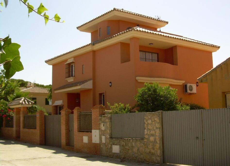 Villa a pie de playa con piscina villas en alquiler en for Piscina municipal el puerto de santa maria