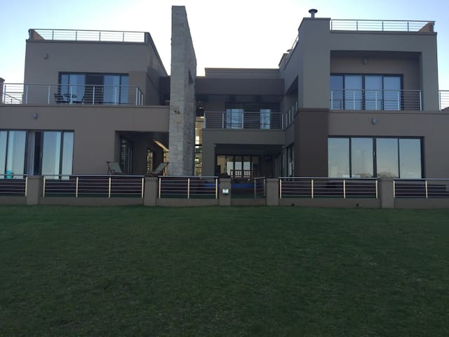 Modern Upmarket Home on Golf Estate - Benoni - Huis