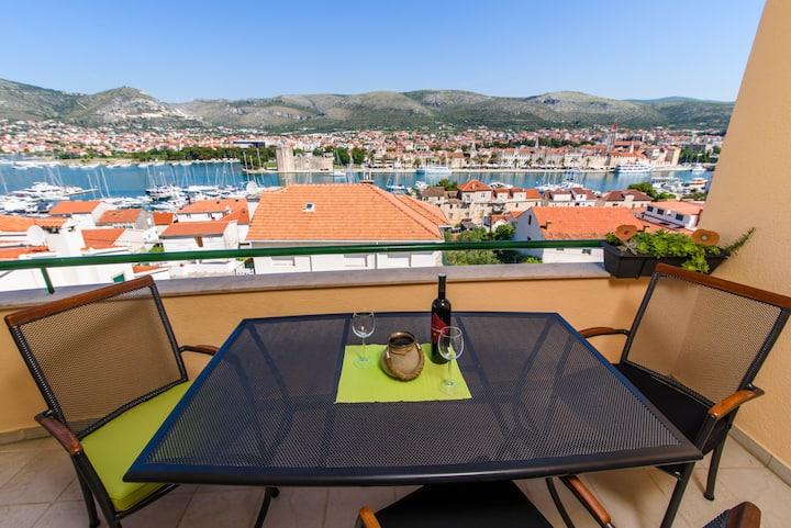 Trogir city Amazing View with balcony/parking