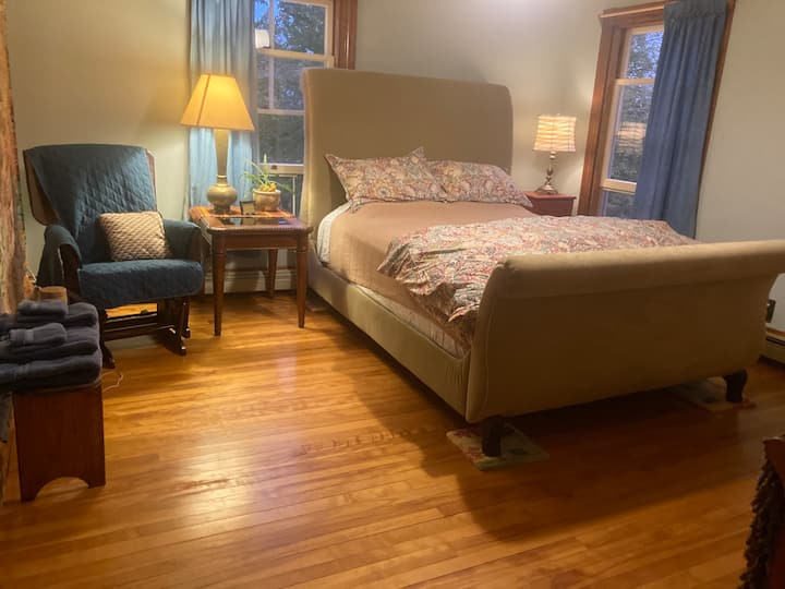 Heartwood Farmhouse Private Room or Whole Apt.