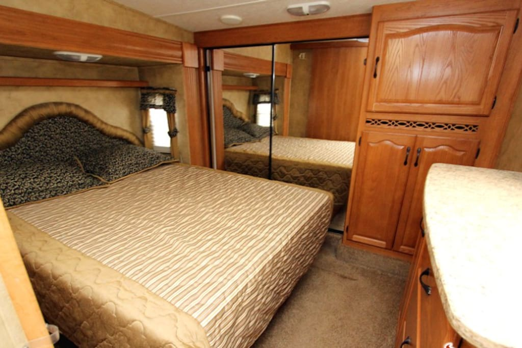 Oz farm montana camper suite campers rvs for rent in for Rv with 2 master bedrooms