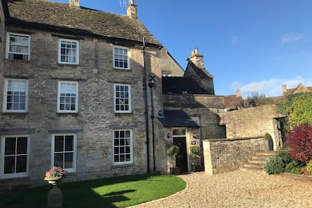 A comfortable and stylish house, central Tetbury.