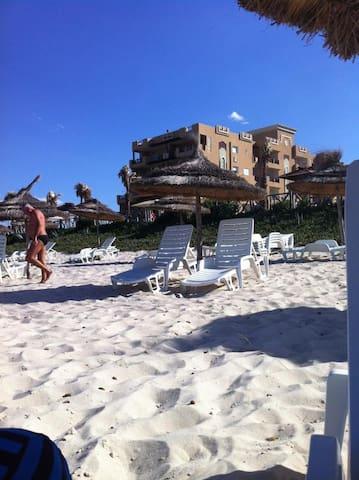 Plage privée au sable fin, propre et bien entretenue