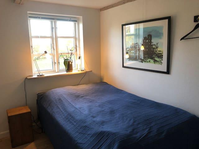 Dejligt værelse med udsigt til haven