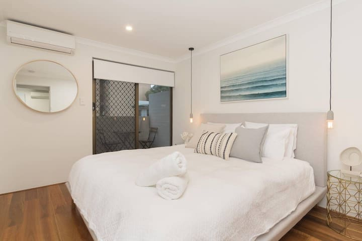 Lovely Renovated townhouse - Heart of Vic Park!