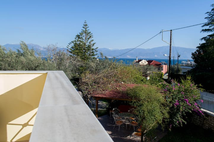 Apartment with sea view, garden, 2' from the beach