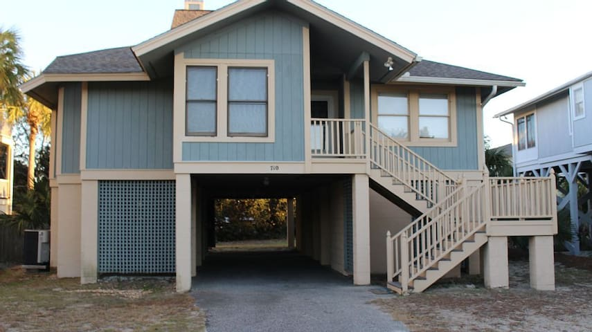 Elevated Beach Cottage 1 Block From The Ocean - Isle of Palms - Dom