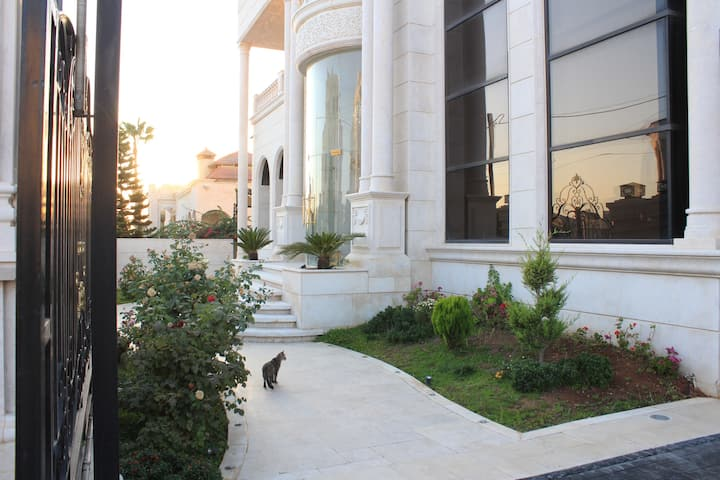 Comfy and Luxurious Huge Villa In Kursi
