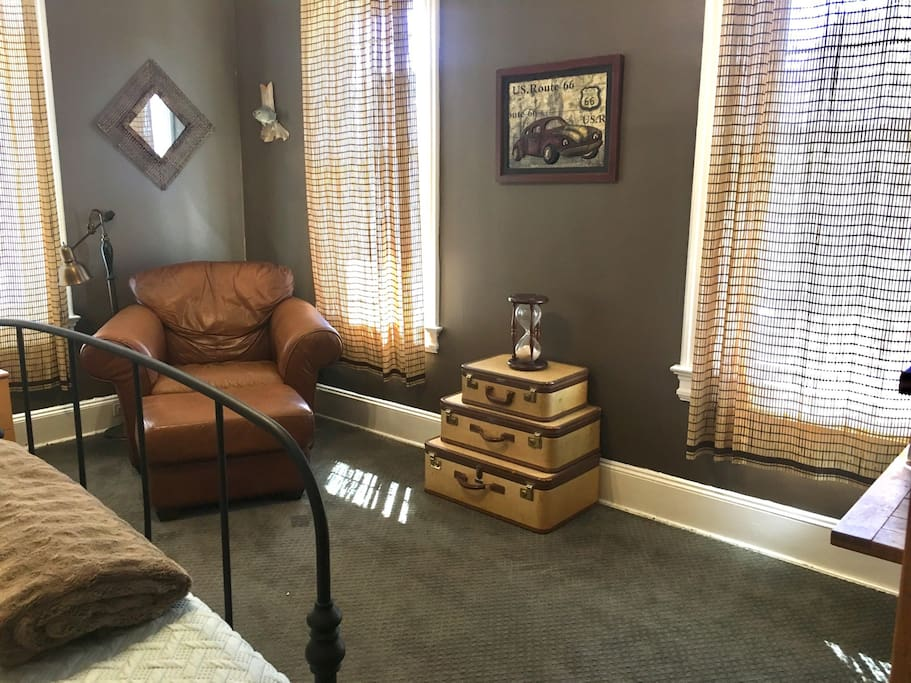 Large room with a reading corner and an hourglass if you are timing yourself.