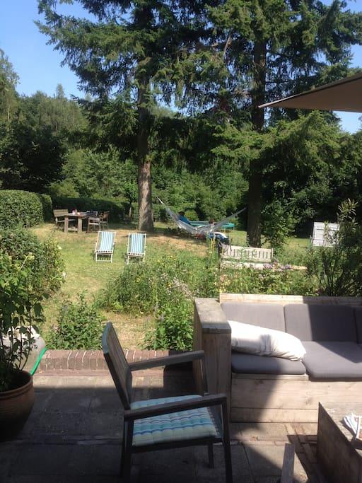 Terras op het zuiden en kijkje op de tuin
