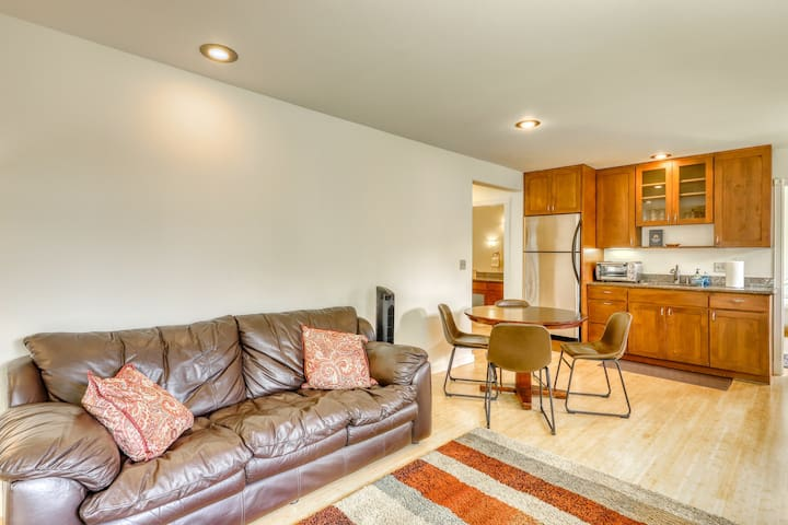 NEW! Garden-level apartment w/ jetted tub, gas BBQ grill & shared Ping-Pong!