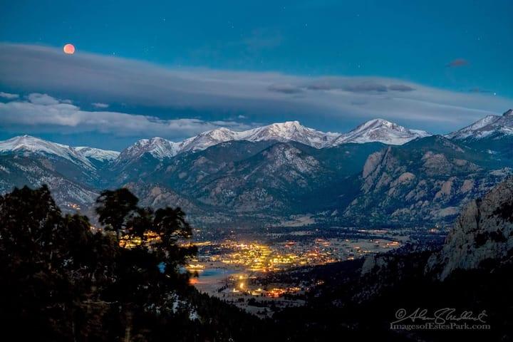 Spectacular Mountain Views, Half Mile to RMNP!